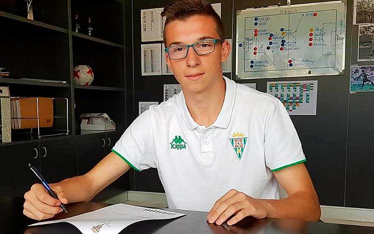 Diego Moreno firmando su primer contrato amateur con el Córdoba cuando era cadete.
