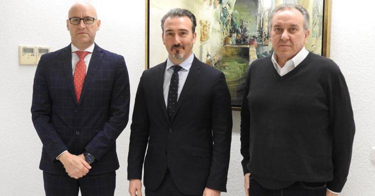 Jesús Machado, a la izquierda, junto a Juan Miguel Luque, responsable de la parcela de Innovación Social de Cajasur, y Pablo García, presidente del Deportivo Córdoba FS, también patrocinado por la entidad
