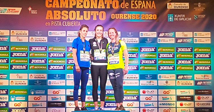Fani Fortes, a la derecha el podio del 60 metros vallas, junto a Teresa Errandonea y Caridad Jerez.