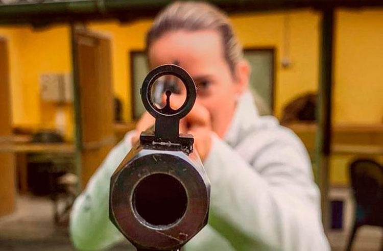 Fátima Gálvez disparando al coronavirus.