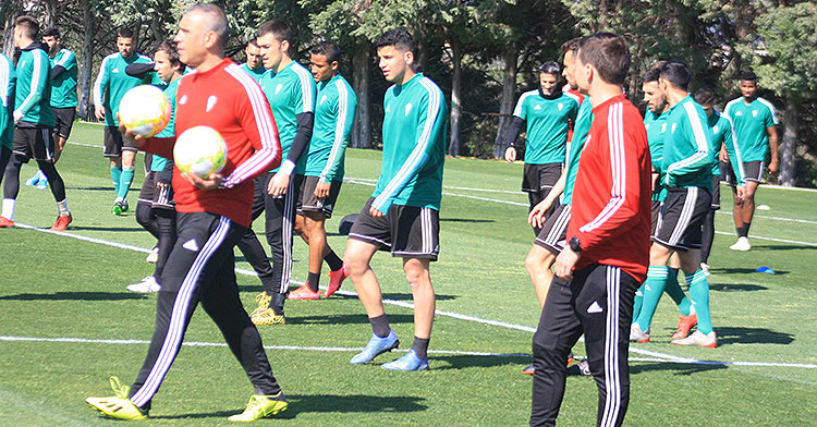Fran Gómez, en el centro de la imagen, tras el segundo entrenador del Sabas, Manuel Robles.Fran Gómez, en el centro de la imagen, tras el segundo entrenador del Sabas, Manuel Robles.