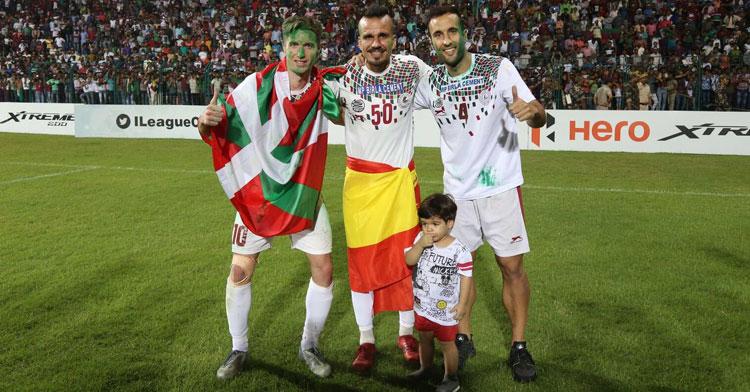 Fran González, en el centro, y Fran Morante, a la derecha de la imagen, celebrando la victoria en el campeonato junto a Joseba Beitia, otro de los españoles del equipo.