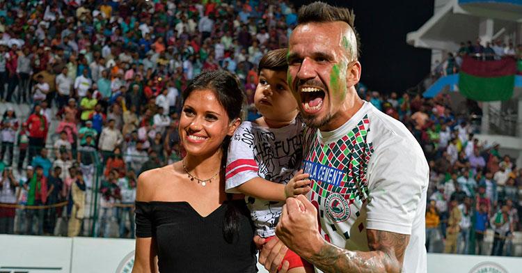 Fran González celebrando el título de liga con su mujer e hijo.