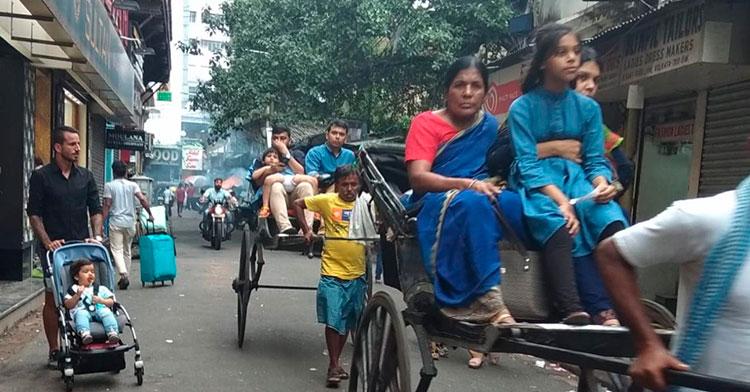 Fran González paseando con su hijo por las calles de Calcuta en la India.