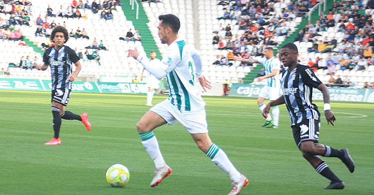 Iván Navarro dejando atrás a un jugador del Cartagena en el último partido de liga disputado.