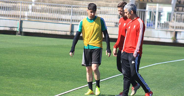 Javi Flores cambiando impresiones con Víctor Salas y el doctor del Córdoba CF.