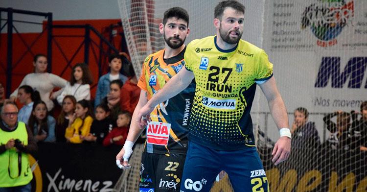 Javi García junto a su par del Bidasoa de Irún en el último partido disputado en Puente Genil.