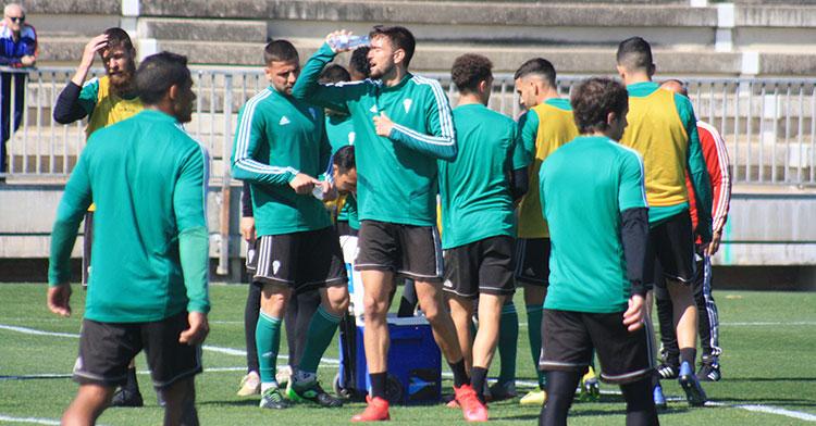 José Antonio refrescándose en uno de los últimos entrenamientos en la Ciudad Deportiva.