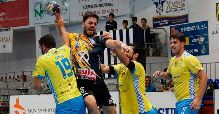 José Baena arma el brazo entre varios contrarios en uno de los últimos partidos del conjunto sénior del Ángel Ximénez.