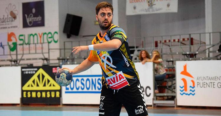 José Baena ejecutando un siete metros con el Ángel Ximénez de su equipo sénior B.