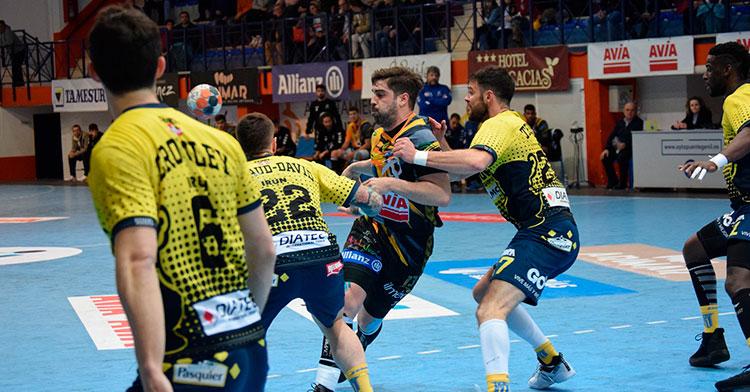 Juan Castro penetra entre varios jugadores del Bidasoa de Irún en el último partido jugado por el Ángel Ximénez-Avia en la Asobal.