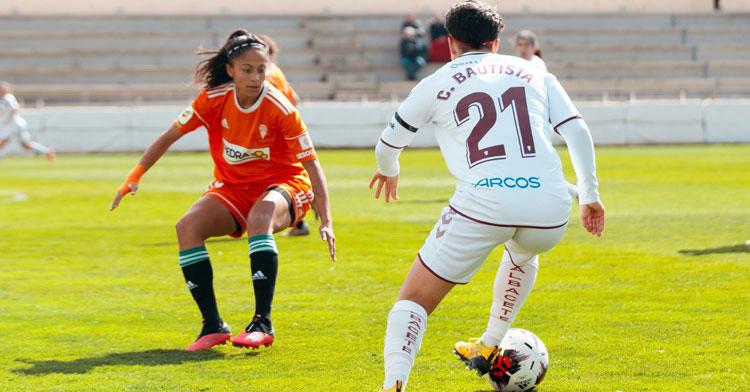 Kerlly intentando tapar a la delantera albaceteña Carla. Foto: Fundación Albacete