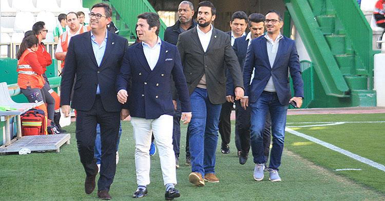 Javier González Calvo y Antonio Palacios encabezando la comitiva de los bareiníes, con Abdulla Al Zain y Mohammed Al Nussu a la izquierda.
