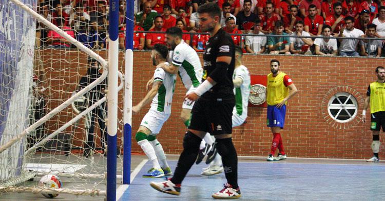 Rafa López, en primer término, se apresta a recoger el balón de la red tras el tanto del Córdoba Futsal en Mengíbar en el partido del ascenso del 1 de junio de 2019. Autor: Paco Jiménez