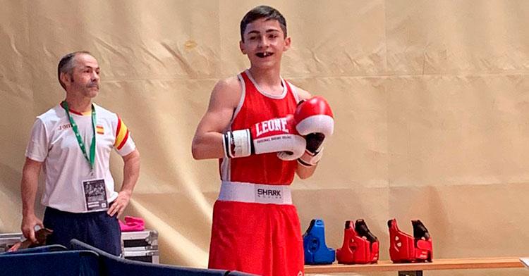 Rafa Lozano sonríe tras su triunfo con su padre al fondo.