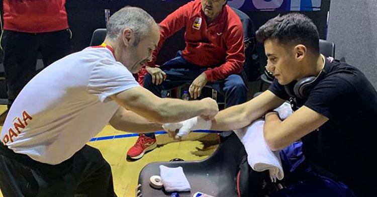 Rafa Lozano ayudando a Gabriel Escobar con los vendajes.