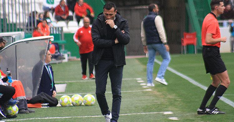 Preocupado. Raúl Agné durante la primera parte del partido con Salva Ballesta al fondo.