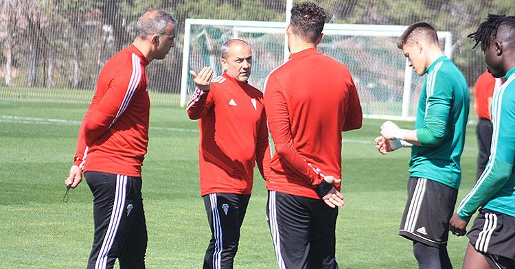 Sabas gesticulando con su segundo, Sebas e Isaac Becerra, con Djetei a la derecha.