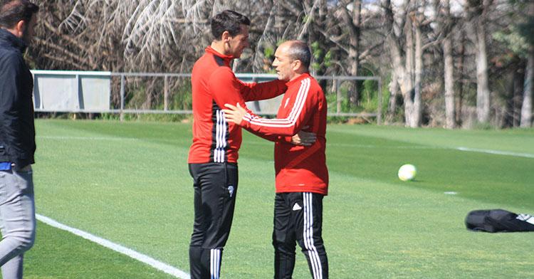 Diego Delgado saludando a Juan Sabas en la semana de la llegada del nuevo entrenador al primer equipo. Autor: Manuel D. Vera