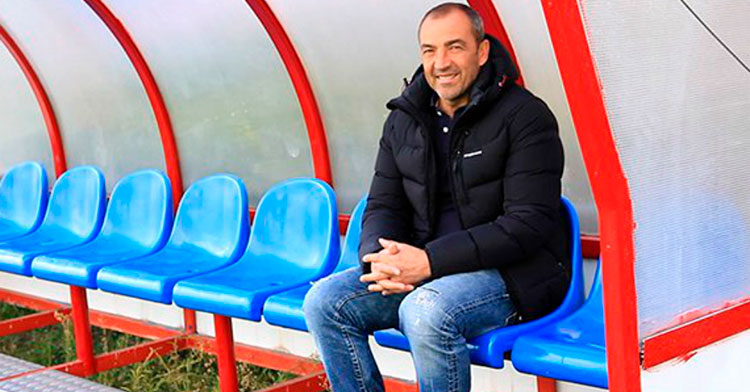 Juan Sabas sonriendo en el banquillo del Extremadura, su único club en Segunda B.