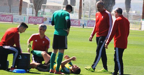 Juan Sabas observando junto a su segundo Manuel Robles a Iván Robles atendido por los servicios médicos.