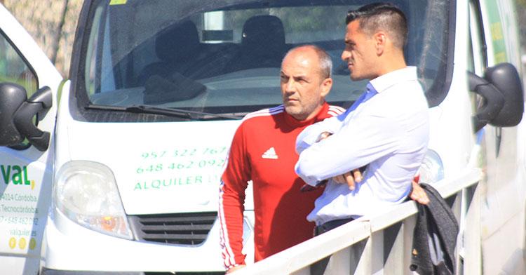 Sabas departiendo sobre el plantel con Juanito, su valedor para llegar al Córdoba CF.