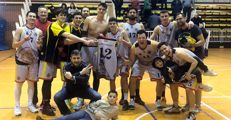 Los jugadores mineros celebrando otro triunfo en casa. Foto: CP Peñarroya