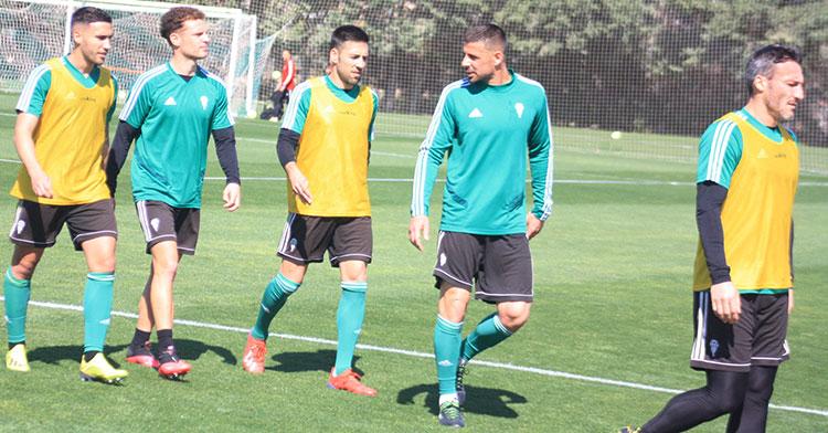 Xavi Molina charlando con Carlos Valverde y Jordi Tur en la Ciudad Deportiva.