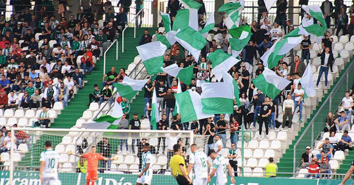 Las Brigadas Blanquiverdes ondeando sus banderas en el último partido disputado en El Arcángel ante el Cartagena.