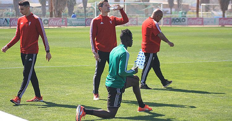 Djetei en un entrenamiento individualizado junto a Víctor Salas como los que podrán desarrollar todos los futbolistas a partir del próximo lunes.