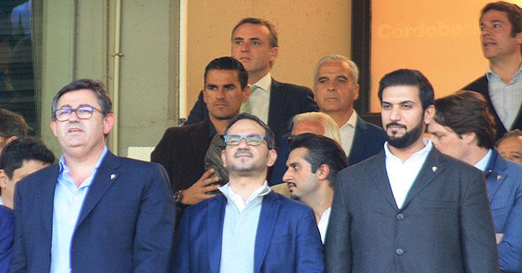 El consejero delegado del Córdoba, Javier González Calvo, junto al vicepresidente y presidente del Córdoba, con Juanito y Miguel Valenzuela al fondo, como Simón Onrubia, director de comunicación del club.