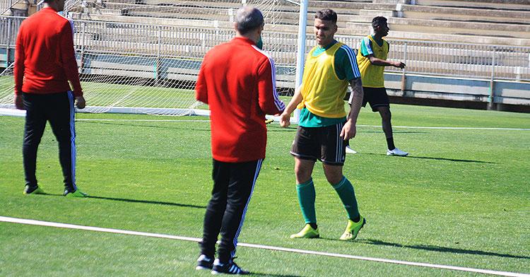 Iván Robles se aproxima a Juan Sabas en unos de los tres entrenamientos del madrileño en el Córdoba CF.