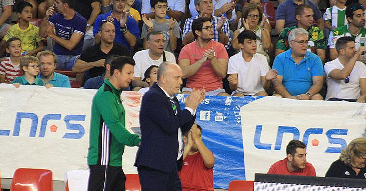Maca aplaudiendo a sus jugadores en el inolvidable partido ante el Movistar Inter.