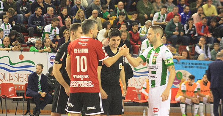 Manu Leal chocando su mano con el capitán del Zaragoza en el último partido disputado en el Vista Alegre previo a la cancelación de la LNFS y la destitución de Macario.