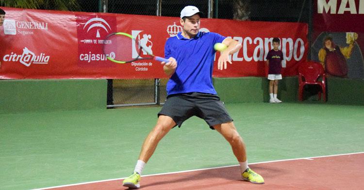 Uno de los tenistas participantes en la edición de 2019 en Palma del Río golpea la bola algo forzado. Foto: tenispalmadelrio.com