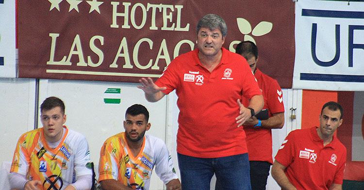 Paco Bustos dando instrucciones en la banda del Alcalde Miguel Salas.
