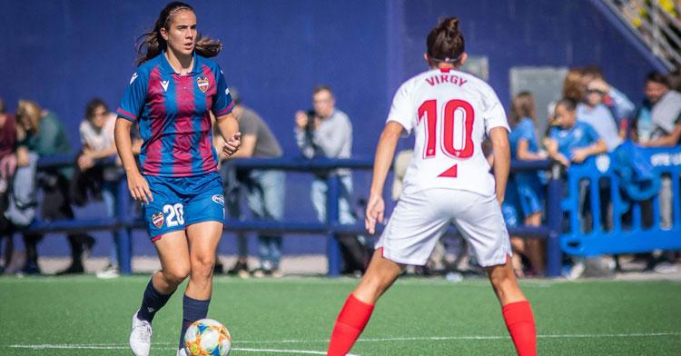 Rocío Gálvez jugando con el Levante y ante Virgy, la otra cordobesa de la Liga Iberdrola. Foto: @Galvez_Rocio