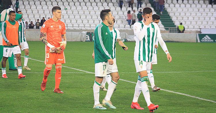 José Antonio González se echa la mano a su rostro, con Carlos Valverde a la izquierda e Isaac Becerra al fondo en la retirada del equipo tras la frustrante derrota ante el Cartagena.