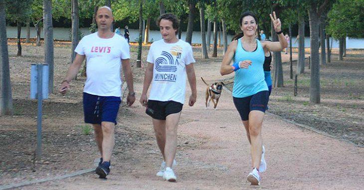 Una runners saluda a la cámara de Cordobadeporte mientras otros dos aficionados recuperan el pulso.