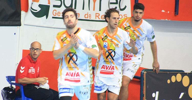 Consuegra, Sergio Barros y Nuno Gonçalves saltando a la pista del Alcalde Miguel Salas.