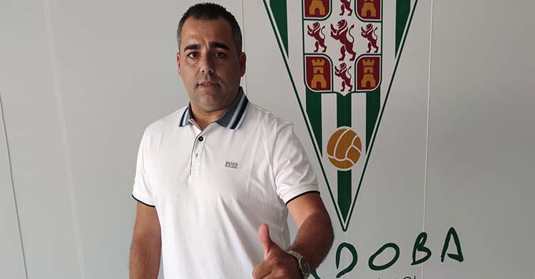 Germán Crespo muestra su pulgar ante el escudo del Córdoba tras firmar su contrato