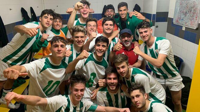 Los juveniles del Córdoba celebrando en el vestuario de Dos Hermanas uno de sus últimos triunfos con dos goles de Tate.