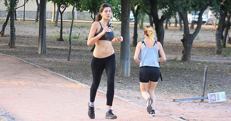 Dos atletas corriendo a distintos ritmos en el circuito de El Tablero.