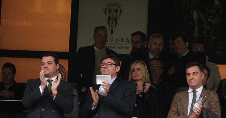Entente. La comunión entre Javier González Calvo e Infinity con el Ayuntamiento de Córdoba es plena y el alcalde, José María Bellido, extiende su mano.