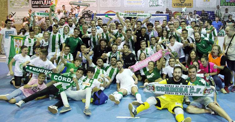 La celebración del Córdoba Futsal en la pista del Mengíbar