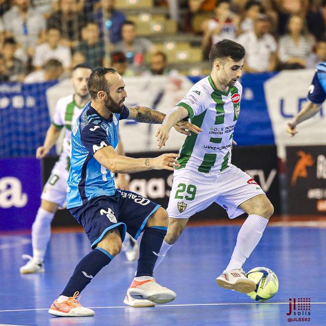 César Velasco conduciendo el balón ante Ricardinho, la imagen que mantiene en su whatsapp