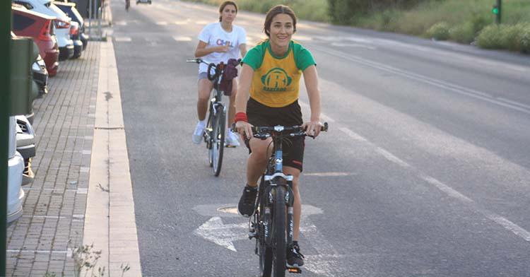 Dos chicas pasean con sus bicicletas por la Ronda Poniente.