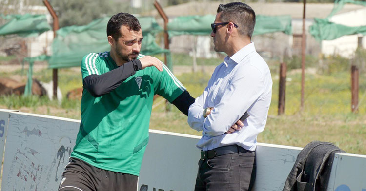 Miguel de las Cuevas hablando con el director deportivo, Juanito. Foto: CCF