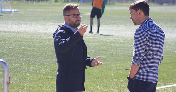 David Ortega cambiando impresiones con Manu Agudo, el técnico del Córdoba Femenino.