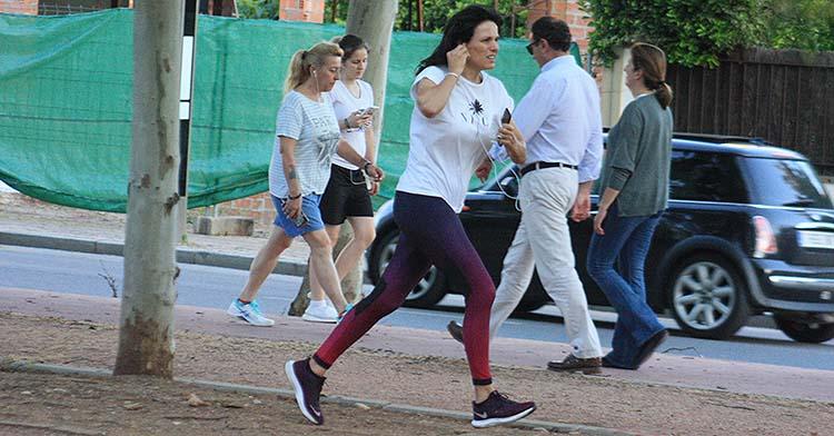 La ex Miss España Eva Pedraza corriendo por El Tablero escuchando música.